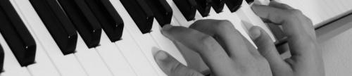 cropped-black-and-white-keyboard-technology-piano-musician-black-1334096-pxhere.com_-1.jpg