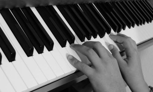 cropped-black-and-white-keyboard-technology-piano-musician-black-1334096-pxhere.com_.jpg